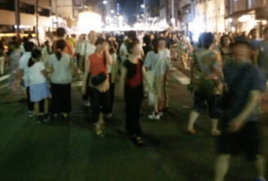 祇園祭前祭で歩行者天国の四条通