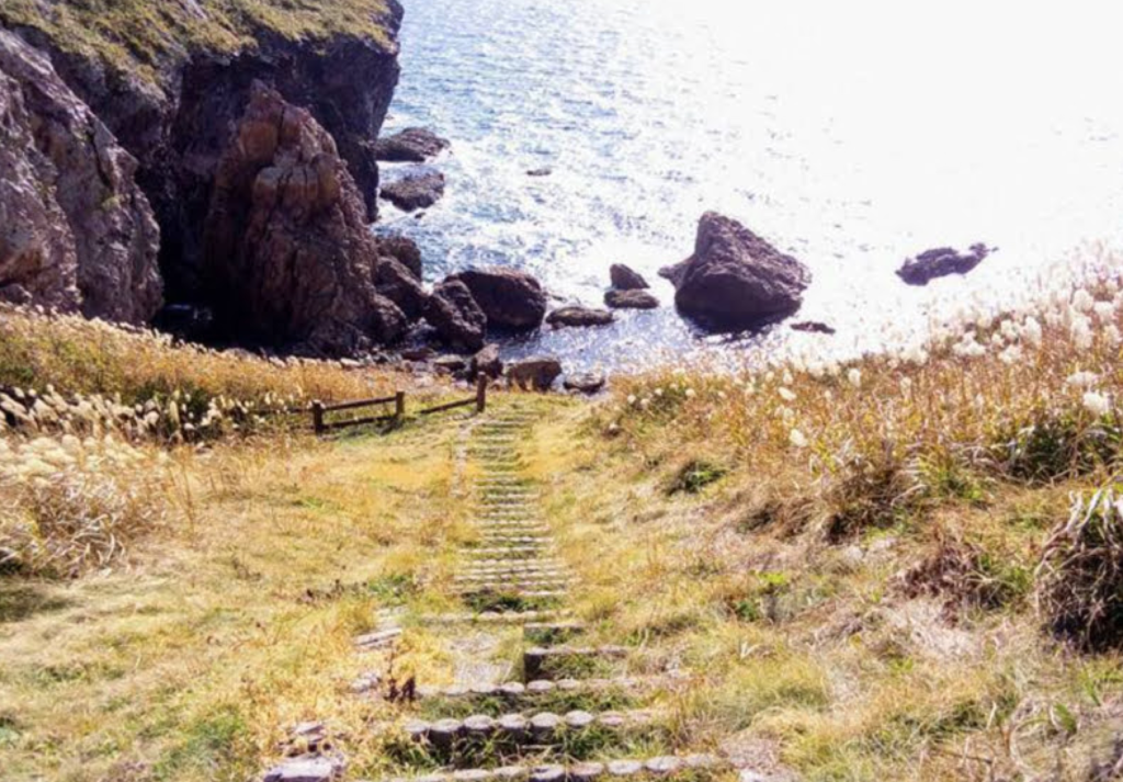願掛け岩から見下ろすと階段が下まで続いている